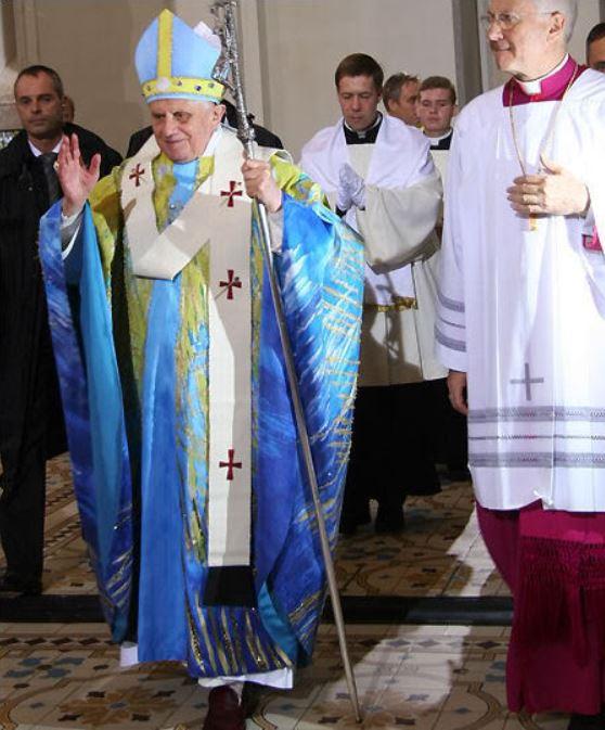 Paus Benedictus XVI in een blauw kazuifel