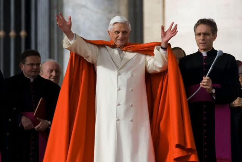 Paus Benedictus in de greco en de tabaro