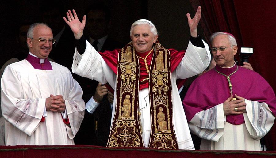 Paus Benedictus XVI direct na zijn keuze tot Paus