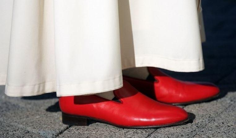 De rode schoenen van paus Benedictus XVI