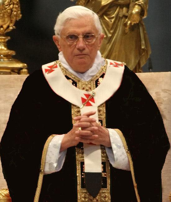 Paus Benedictus XVI in een zwart kazuifel