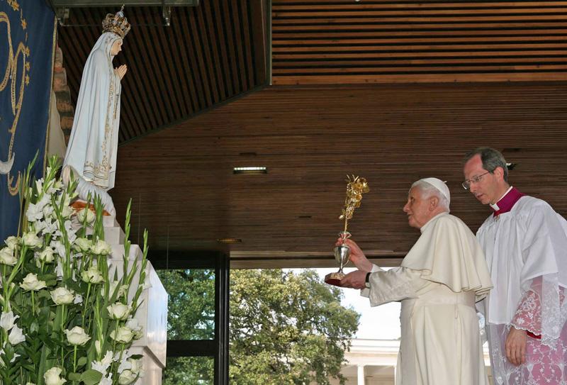 Paus Benedictus XVI schenkt een Gouden Roos aan O.L. Vrouwe van Fatima