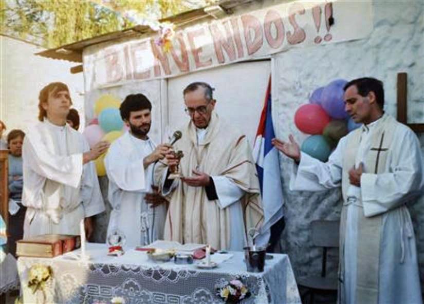 Bisschop Jorge Bergoglio draagt een mis op