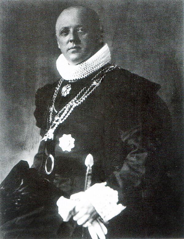 Willem J.R. Dreesmann in het ambtskostuum van Geheim Kamerheer