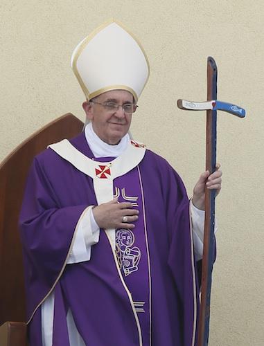Paus Franciscus in een paars kazuifel
