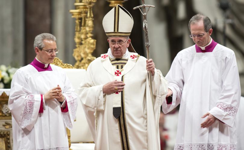 Paus Franciscus in wit kazuifel