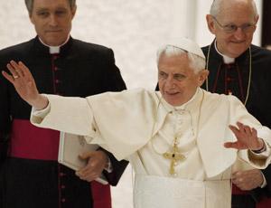 Paus Benedictus XVI met links mgr. Georg Gänswein en rechts mgr. James Harvey