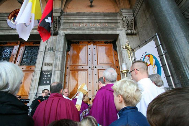 Heilige deur van de Sint Nicolaasbasiliek in Amsterdam
