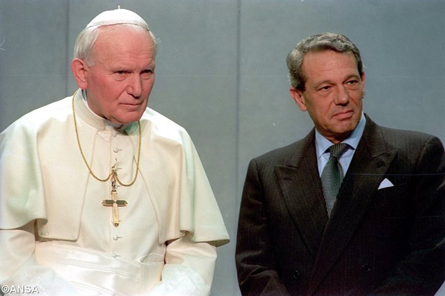 Paus Johannes Paulus II en zijn persvoorlichter Joaquín Navarro-Valls