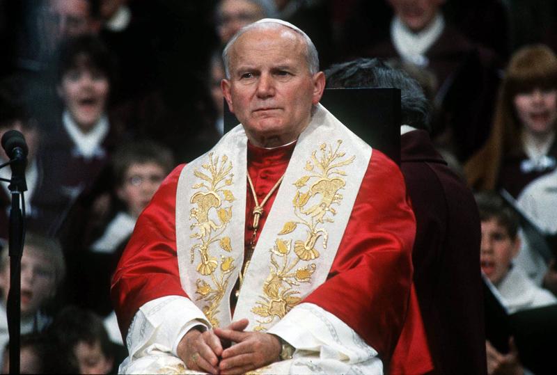 Paus Johannes Paulus II met rode schoudermantel en witte staatsiestola