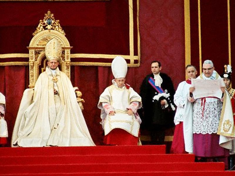 Paus Paulus VI met een bisschop-troonassistent en een prins-troonassistent