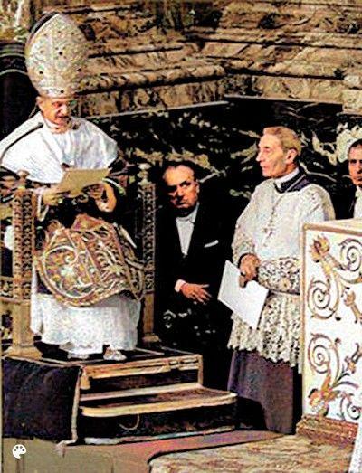 Paus Paulus VI in rijkversierde liturgische gewaden