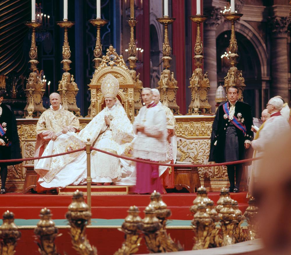 Paus Paulus VI twee prins-troonassistenten