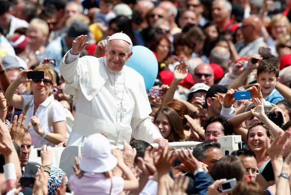 Paus Franciscus temidden van enthousiaste gelovigen