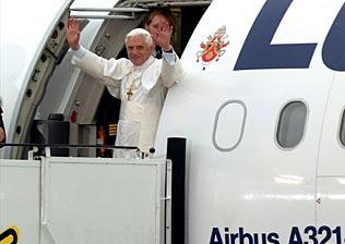 Paus Benedictus XVI stapt in een vliegtuig van Lufthansa