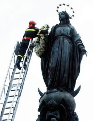 Het Mariabeeld op de Piazza di Spagna krijgt een bloemenkrans omgehangen