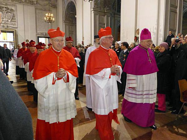 Aartsbisschop Franz Lackner van Salzburg in het legatenpurper