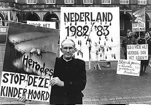 Pater Koopman tijdens een anti-abortusdemonstratie