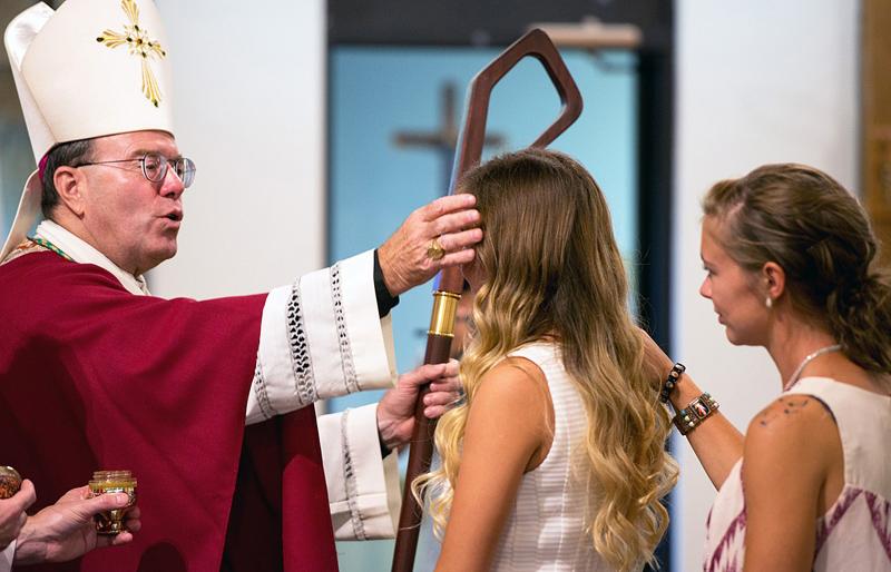 Een bisschop dient het sacrament van het Vormsel toe